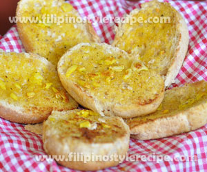 Toasted Garlic Pandesal